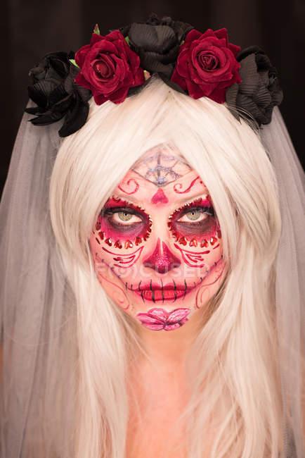 Femme avec du maquillage effrayant sur le visage pour la célébration d'halloween — Photo de stock
