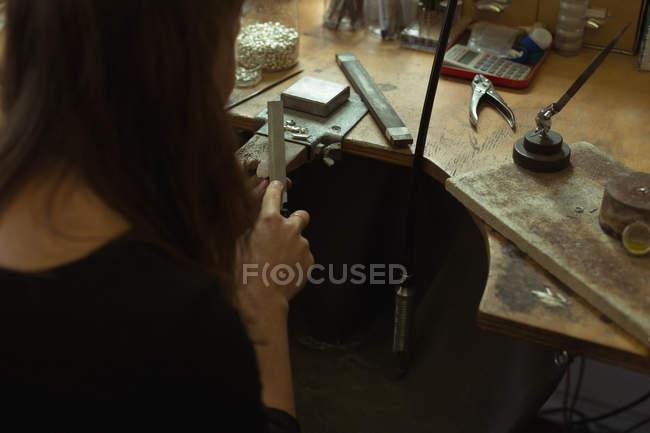 Rückansicht der Schmuckdesignerin, die in der Werkstatt Schmuck herstellt — Stockfoto