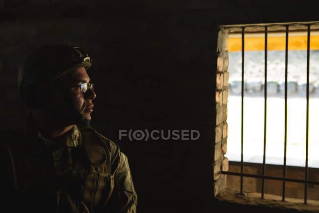 Продуманий військових solider стоячи в військової підготовки — стокове фото