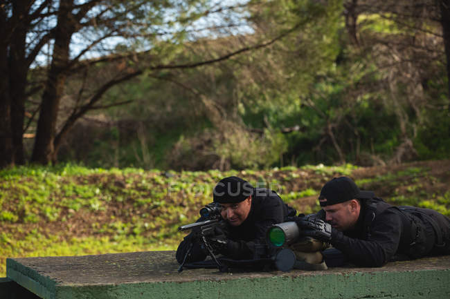 Військової солдатів навчання разом у військовий табір — Stock Photo