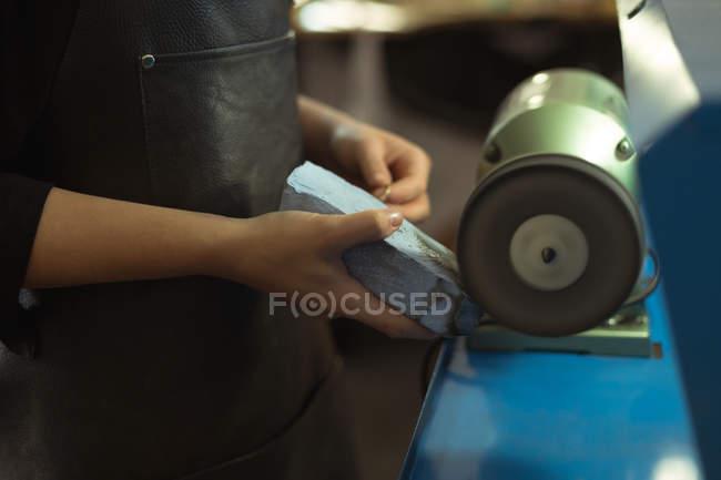 Nahaufnahme eines Schmuckdesigners mit Schärfmaschine — Stockfoto