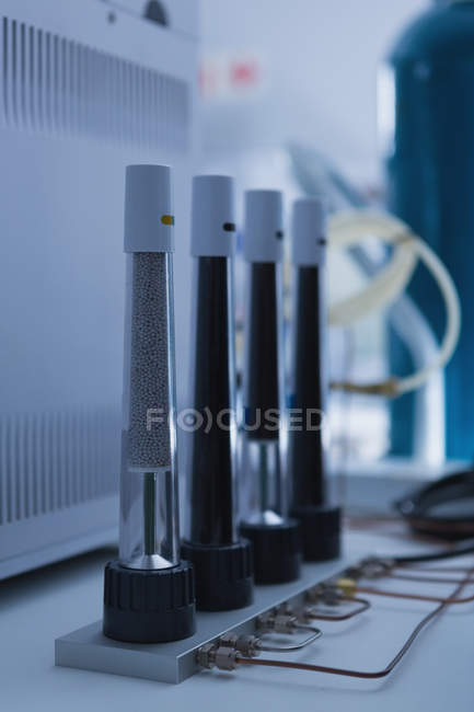 Nahaufnahme von Laborgeräten, die im Labor angeordnet sind — Stockfoto