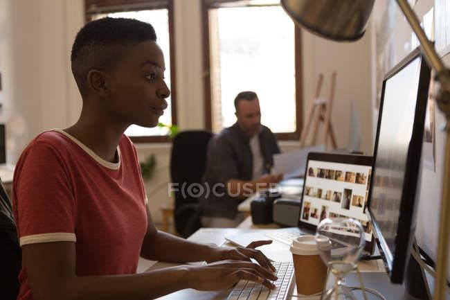 Женщина-руководитель работает за компьютером на столе в офисе — стоковое фото