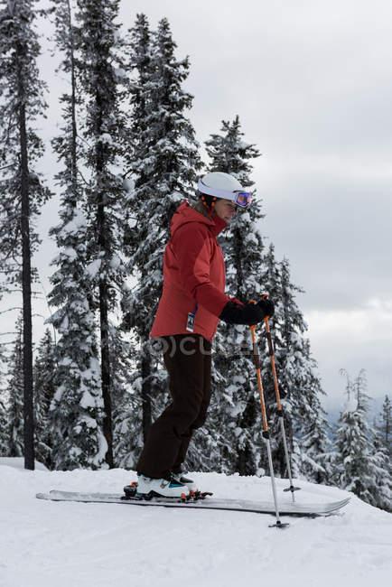Лыжник, покататься на лыжах на снежный пейзаж зимой — стоковое фото