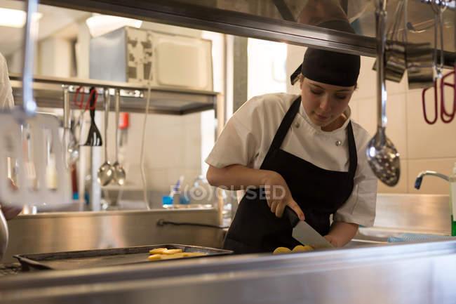 Chef feminino trabalhando na cozinha no restaurante — Fotografia de Stock