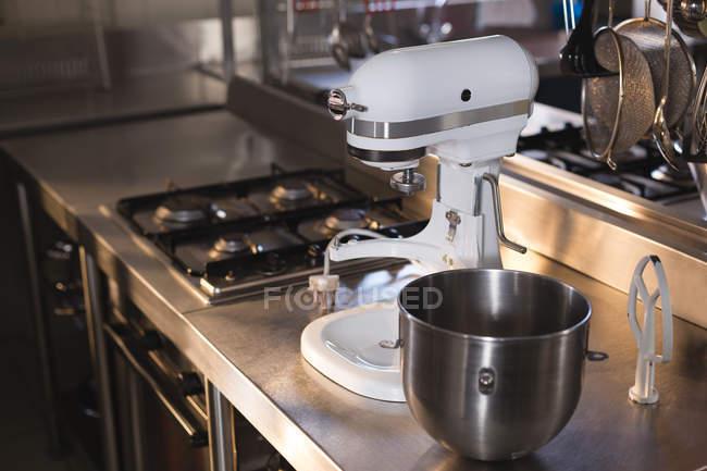 Amassar máquina e utensílio em uma bancada na cozinha no restaurante — Fotografia de Stock
