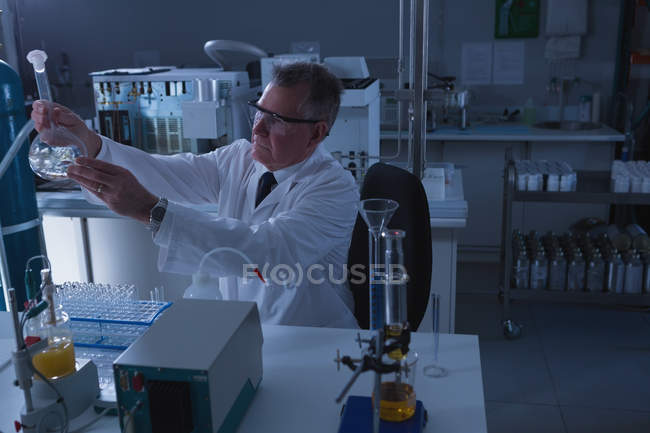 Attentive male scientist experimenting in laboratory — Stock Photo