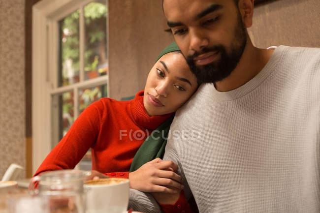 Casal romântico, abraçando uns aos outros no café — Fotografia de Stock