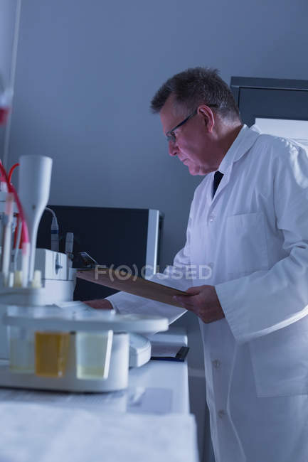 Side view of male scientist experimenting in laboratory — Stock Photo