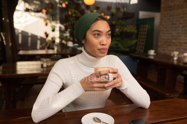 Красива жінка за кавою в кафе — стокове фото