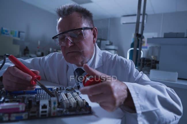 Carte de circuit de soudure scientifique mâle en laboratoire — Photo de stock