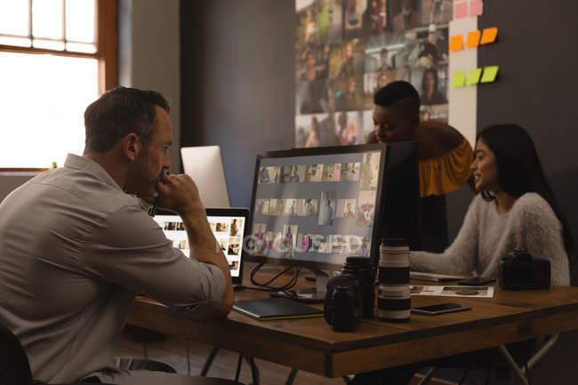 Графічного дизайнера, що працюють на столі в офісі — стокове фото