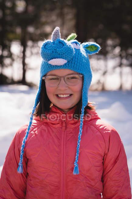 Девушка, стоящая в снежном регионе зимой — стоковое фото