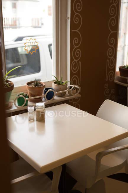 Vide table et chaises de café — Photo de stock