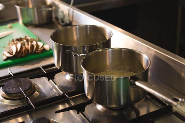Закри каструлю з газовою плитою кухні — стокове фото
