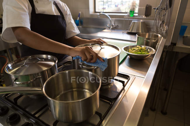 Mid section of chef preparing food in kitchen at restaurant — Stock Photo