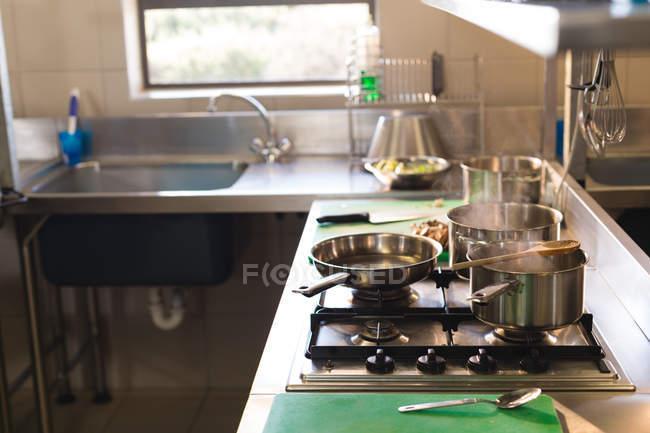 Пан газова плита кухні в ресторані — стокове фото