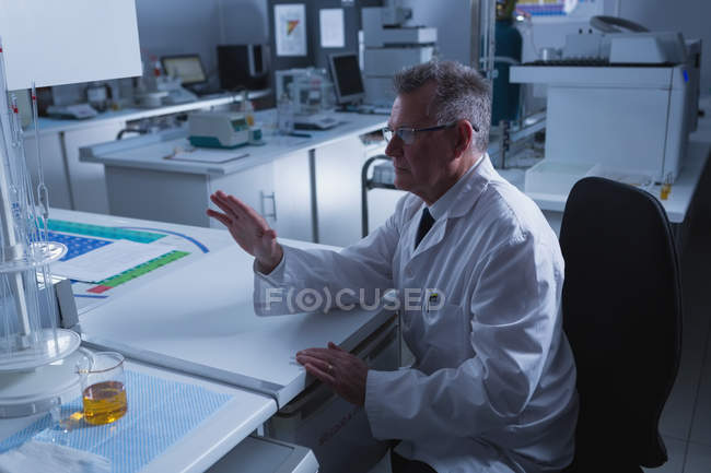 Homme scientifique utilisant une nouvelle technologie invisible au bureau en laboratoire — Photo de stock