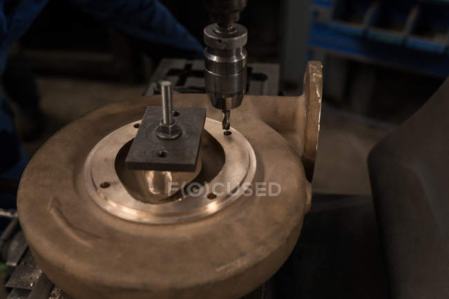 Nahaufnahme-Pressbohrer und Metallstück in der Werkstatt — Stockfoto