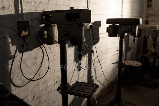 Bankbohrmaschine in einer Schmiedewerkstatt — Stockfoto