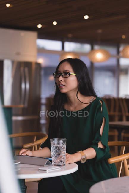 Donna di affari ne nella caffetteria in ufficio — Foto stock