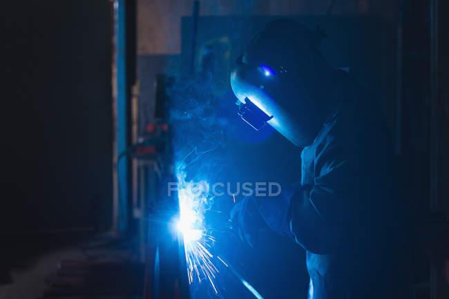 Уважний працівник, використовуючи зварювальний пальник в мотузку, роблячи промисловості — стокове фото