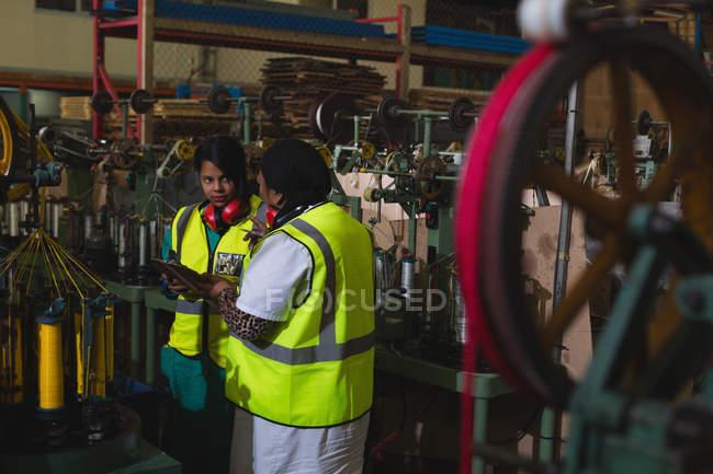 Lavoratori che interagiscono tra loro nell'industria della produzione di funi — Foto stock