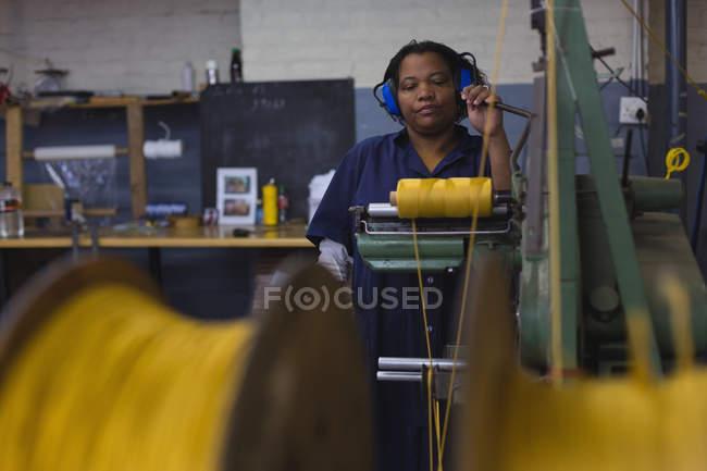 Aufmerksame Arbeiterin in der Seilerei — Stockfoto
