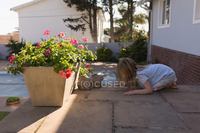 Vista lateral de menina brincando na varanda — Fotografia de Stock