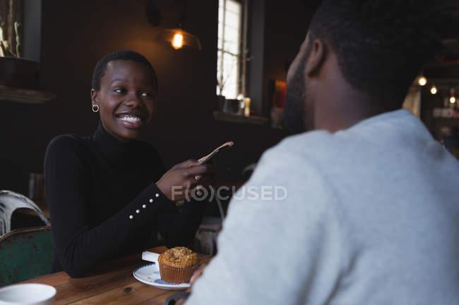 Heureux couple interagissent entre eux dans le café — Photo de stock