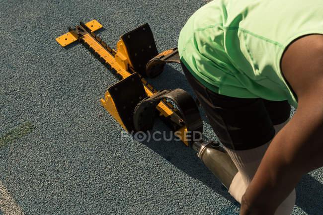 Behindertensportler bereitet sich auf Laufstrecke auf das Rennen vor — Stockfoto
