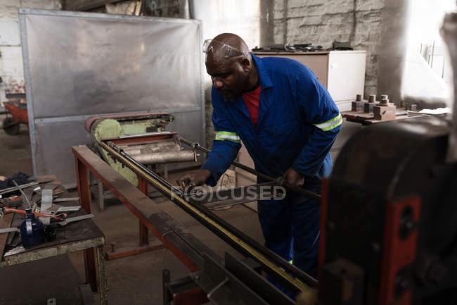 Aufmerksame Schmied Metall Messstab in Werkstatt — Stockfoto