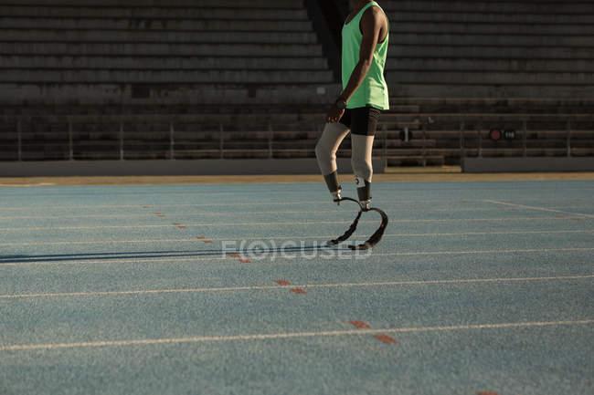 Низький розділ обмеженими спортсмен, що стоїть на бігова доріжка — стокове фото
