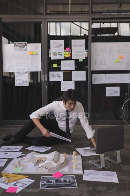 Executivo masculino atencioso trabalhando no laptop no escritório — Fotografia de Stock