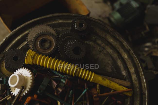 Primer plano de las piezas de la máquina en la industria de fabricación de cuerdas - foto de stock
