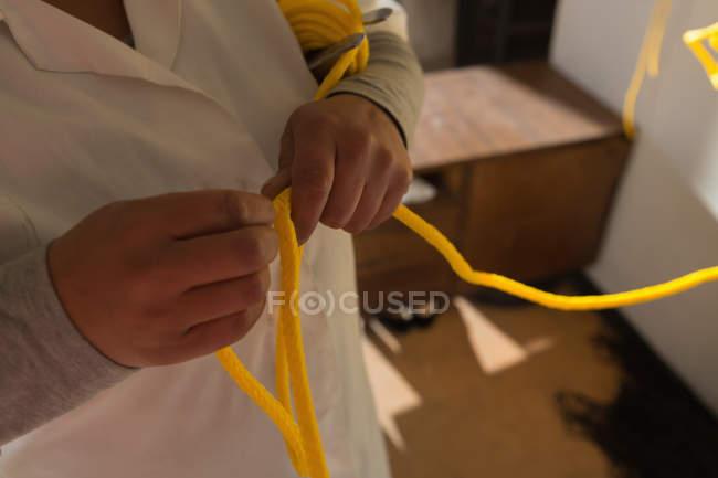 Seção intermediária do trabalhador trabalhando na corda que fazem a indústria — Fotografia de Stock