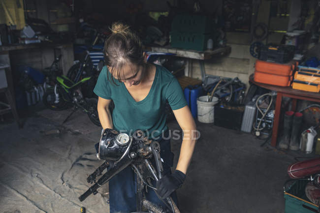 Жіночий механік мотоцикл в ремонт гаража ремонт — стокове фото