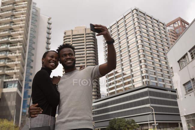 Щаслива пара, негативно selfie на місто вулиці — стокове фото