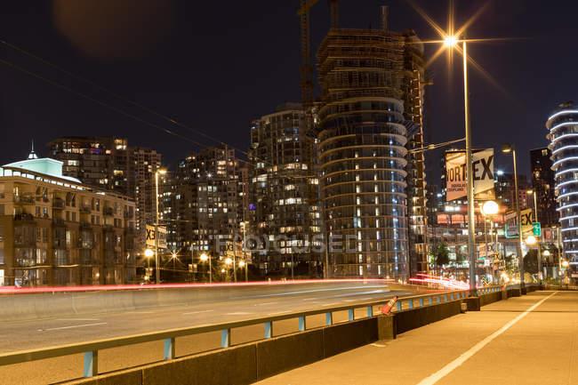 Centro da cidade moderno com trilha de luz — Fotografia de Stock