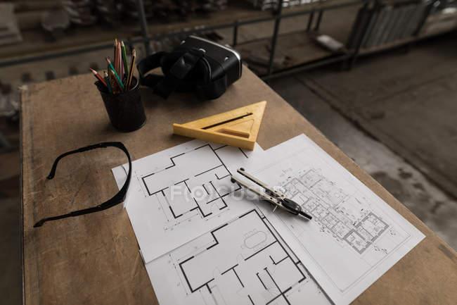 Nahaufnahme von Bauplänen und Werkzeugen in der Werkstatt — Stockfoto