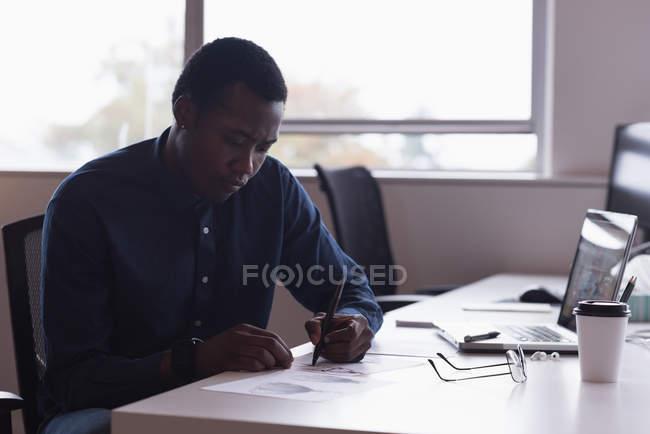 Concentré d'homme d'affaires travaillant dans le Bureau — Photo de stock