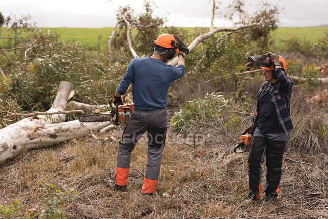 Dois lenhadores interagindo uns com os outros na floresta — Fotografia de Stock
