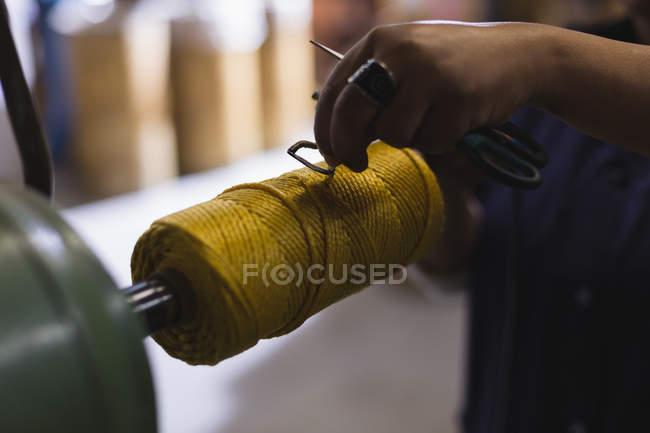 Закри працівник працювати мотузки, роблячи промисловості — стокове фото