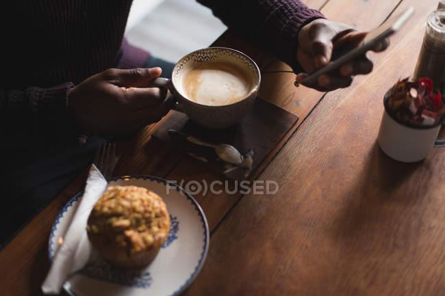 Nahaufnahme von Mann mit Handy in Café — Stockfoto
