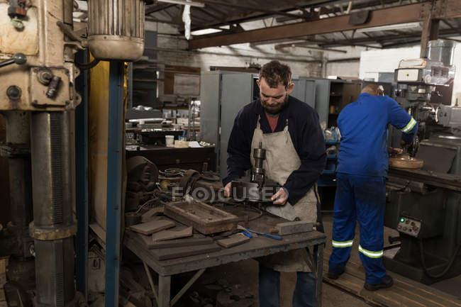 Aufmerksame Schmiede arbeiten in Werkstatt — Stockfoto