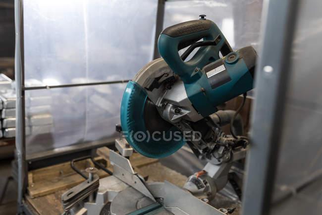 Крупный план станка для резки металла в цехе — стоковое фото