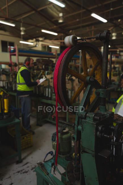 Nahaufnahme der Webstuhl Maschine in Seil Uhrenindustrie — Stockfoto