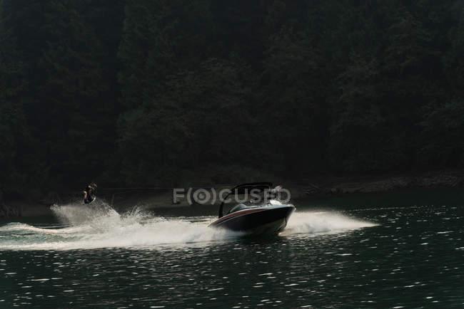 Atleta masculino extrema wakeboarding depois de barco no Rio — Fotografia de Stock