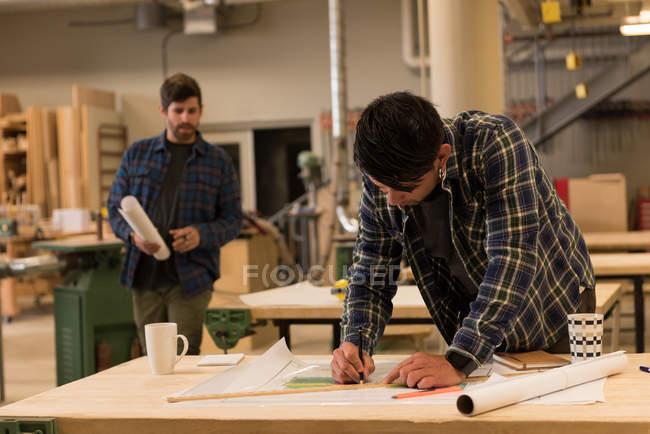 Aufmerksame Handwerker bei der Arbeit in der Industriewerkstatt — Stockfoto