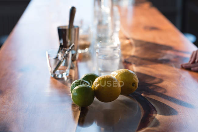 Close-up of citrus fruits and alcoholic drink in glass — Stock Photo